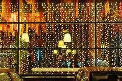 Iluminación de Navidad de la ventana del restaurante Foto de archivo