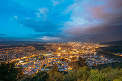 Iluminación de tarde brillante de Tbilisi Georgia Panoramic Aerial Cityscape In debajo del azul dramático Imagen de archivo libre de regalías
