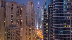 Iluminación de tarde del día del puerto deportivo de Dubai al timelapse aéreo de la noche, UAE metrajes
