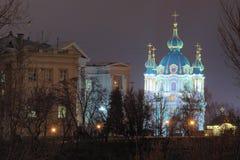 Iluminación de tarde de la iglesia del ` s de St Andrew y del museo de la historia de Ucrania Panorama de la ciudad de la tarde K imagenes de archivo