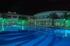 Iluminación de tarde de la piscina en el hotel de Turquía en Kemer fotografía de archivo libre de regalías