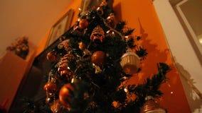 Iluminación de un árbol de navidad almacen de metraje de vídeo