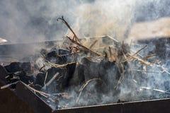 Iluminación de un horno artesanal para el hierro y el acero imagenes de archivo