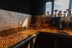 Iluminación de una lámpara para la paz de Shree Boudhanath Katmandu, Nepal Imagen de archivo libre de regalías