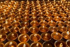 Iluminación de una lámpara para la paz de Shree Boudhanath Katmandu, Nepal Imagenes de archivo