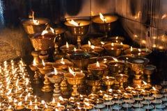 Iluminación de una lámpara para la paz de Shree Boudhanath Katmandu, Nepal Foto de archivo