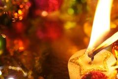 Iluminación de una vela de la Navidad del día de fiesta Foto de archivo libre de regalías