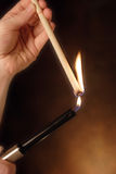 Iluminación de una vela del oído Imagen de archivo