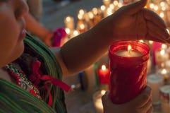 Iluminación de una vela para Maria Foto de archivo libre de regalías