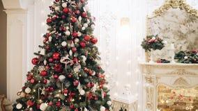 Iluminación del árbol de navidad en el cuarto metrajes