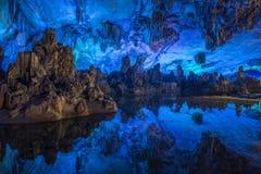 Iluminación del color de cuevas subterráneos fotos de archivo