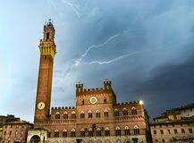 Iluminación del perno en Siena imagen de archivo