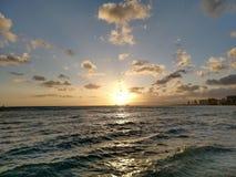 iluminación dramática como puestas del sol detrás de las montañas de Waianae foto de archivo
