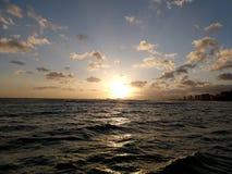 iluminación dramática como puestas del sol detrás de las montañas de Waianae imagenes de archivo