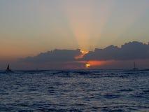 Iluminación dramática el cielo y el océano durante puestas del sol con la luz que refleja en olas oceánicas imágenes de archivo libres de regalías