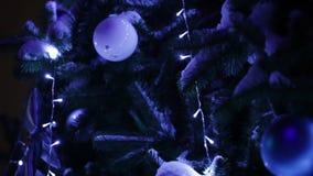 Iluminación en el CU del árbol de navidad almacen de metraje de vídeo