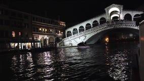 Iluminación en Grand Canal, Venecia de la noche Hermosa vista en la noche en el puente de Rialto, Italia Reflexiones en el agua almacen de metraje de vídeo