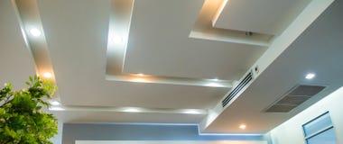Iluminación en techo de la oficina fotos de archivo libres de regalías