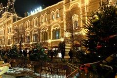 Iluminación festiva del ` s del Año Nuevo de la tienda universal de la tubería de la GOMA durante el mercado de la Navidad en la  Foto de archivo libre de regalías