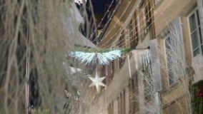 Iluminación festiva y decoraciones de la Navidad almacen de video