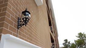 Iluminación moderna en una pared de ladrillo al aire libre con el jardín del patio Fotos de archivo