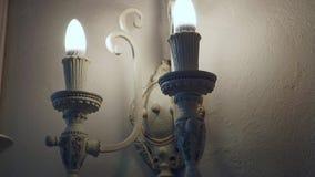 Iluminación moderna hermosa en una pared con las lámparas en la forma de velas almacen de metraje de vídeo