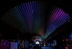 Iluminación multicolora sobre la calle en la cerveza vieja de la ciudad Fotos de archivo