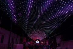 Iluminación multicolora sobre la calle en la cerveza vieja de la ciudad Foto de archivo