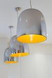 Iluminación pendiente del cromo tres y de la cocina contemporánea amarilla Foto de archivo