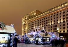 Iluminación y hotel viejo Moskva de los días de fiesta de la Navidad y del Año Nuevo en la noche Moscú, Rusia Fotos de archivo