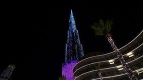 Iluminaci?n de la noche del rascacielos de Burj Khalifa en el D?a de la Independencia de los UAE almacen de video