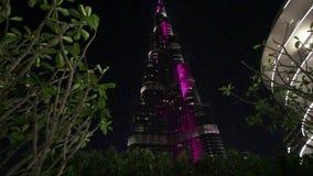 Iluminaci?n de la noche del rascacielos de Burj Khalifa en el D?a de la Independencia de los UAE almacen de metraje de vídeo
