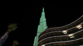 Iluminaci?n de la noche del rascacielos de Burj Khalifa en el D?a de la Independencia de los UAE metrajes