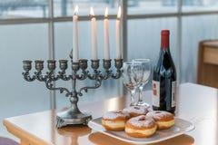 Iluminación de las velas para el día de fiesta de Jánuca Imagenes de archivo
