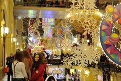 Iluminaciones, decoraciones y muchachas de la Navidad Fotos de archivo libres de regalías