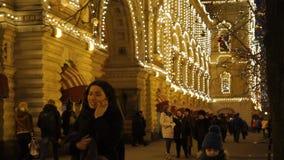 Iluminaciones del Año Nuevo en el edificio almacen de metraje de vídeo