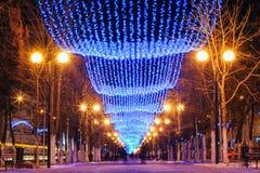 Iluminaciones festivas del Año Nuevo de la Navidad en ciudad Foto de archivo libre de regalías