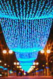 Iluminaciones festivas del Año Nuevo de la Navidad en ciudad imágenes de archivo libres de regalías