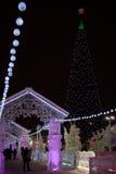 Iluminado com luzes e a árvore de Natal coloridas da cidade do gelo foto de stock royalty free