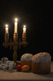 Iluminado con la torta de Pascua de las velas Imagen de archivo