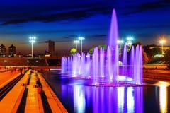 Iluminado em cores diferentes em fontes da noite verão Yekaterinburg do centro Imagens de Stock Royalty Free