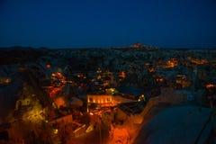 Iluminado en las calles de la noche de Goreme, Turquía, Cappadocia En el horizonte - Uchisar Paisaje asombroso de la noche fotografía de archivo