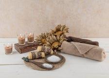 Iluminado por velas rústico del esencial del balneario y del baño Imagenes de archivo