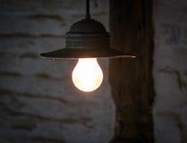 Iluminando a ampola no cabo na sala escura Fotografia de Stock