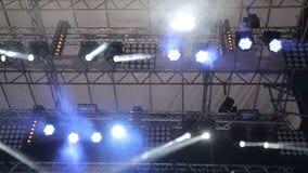 Iluminando a cena grande As luzes de piscamento em cores diferentes movem-se em sentidos diferentes Luz em concertos, discos filme