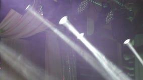 Iluminando a cena grande As luzes de piscamento em cores diferentes movem-se em sentidos diferentes Luz em concertos, discos vídeos de arquivo