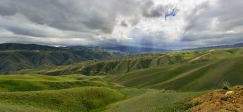 Iluminando montes verdes Fotografia de Stock Royalty Free