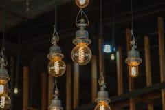 Iluminando-se no candelabro na luz de lâmpada, suspensão das ampolas fotos de stock