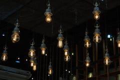 Iluminando-se no candelabro na luz de lâmpada, suspensão das ampolas imagens de stock royalty free