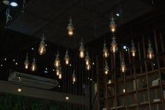 Iluminando-se no candelabro na luz de lâmpada, suspensão das ampolas imagem de stock